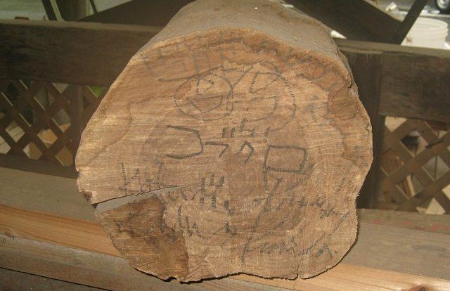 コブクロゆかりの地静岡富士山麓ドライブ丸太のサイン